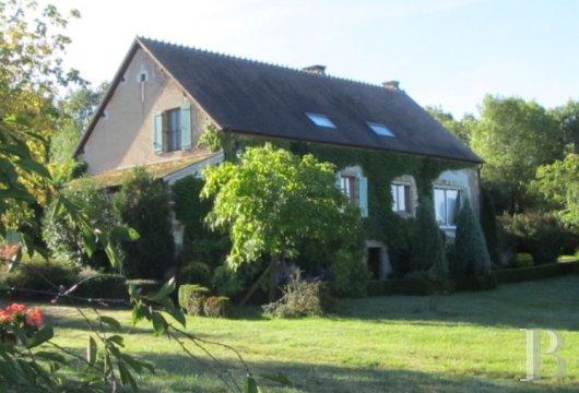 au coeur du bocage bourbonnais proche de moulins un domaine de 60 ha et sa ferme de caractere ref 577854