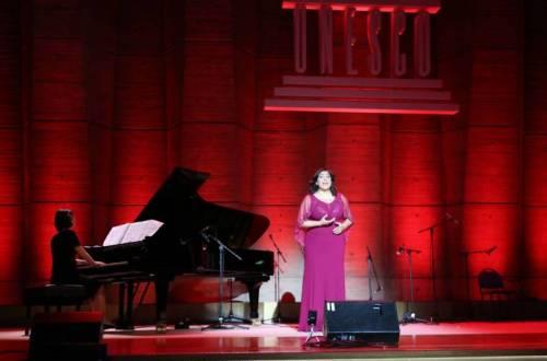 Patricia Atallah sur la scène de l'Unesco à Paris. Photo Skander Guetari