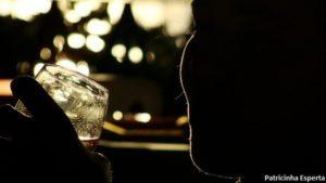 sombra homem bebendo 300x169 - Alcoolismo
