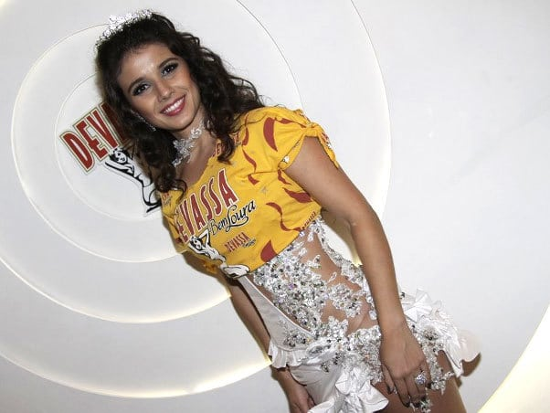 Paula fernandes - Look das famosas no carnaval 2012 (parte 1)