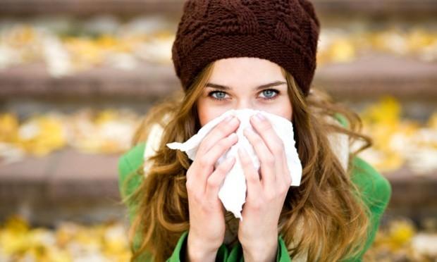 mulher assoando o nariz 22695 - Alergias do Outono