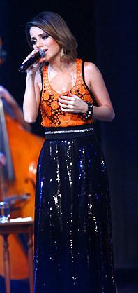 ia longa comprida modelo cor corpo estilo look ideias mostrar ideal mulher feminina formato tamanho baixinhas cintura alta paetes regata laranja sandy - Dossiê da moda – Peças que valorizam quem tem pernas curtas