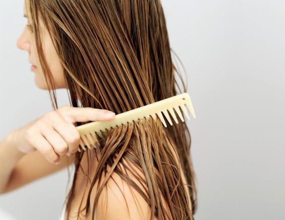 cabelos bem tratados e pente de madeira - Cabelos: cuidados necessários para tê-los sempre belos