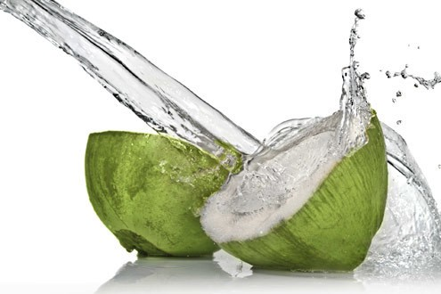 agua de coco refrescante - Soluções baratas para sua beleza