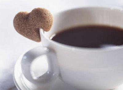 cafe biscoito coracao - Como Reduzir o Consumo de Cafeína sem Sofrimento?