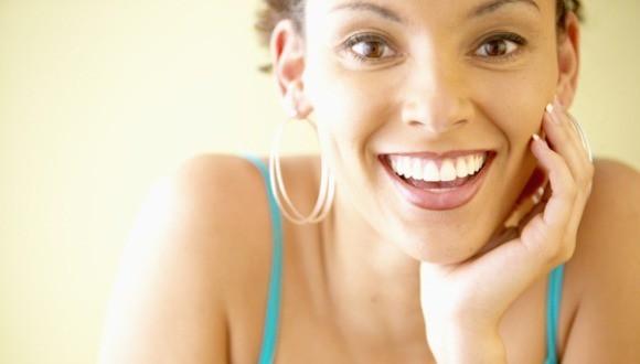 mulher feliz grande - Cuidados para a idade demorar a aparecer