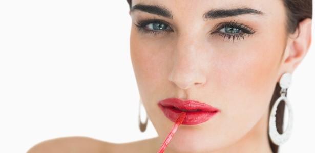 mulher aplicando batom liquido 1375825065979 615x300 - Maquiagem: errinhos (nada) básicos que podemos evitar
