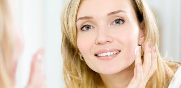mulher aplicando creme facial 1348271051041 615x300 - Massageie o rosto e potencialize o efeito dos cremes