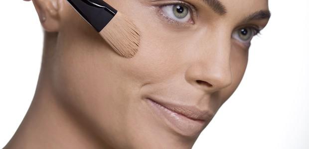 base rosto 1 - Ainda não sabe se maquiar? Ajudaremos você!