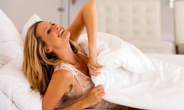 mulher feliz acordando cedo 29883 - Hábitos convencionais que fazem diferença na sua beleza