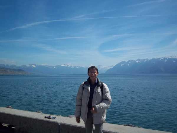 Patrick Huet au bord du lac Léman à Lausanne, en face d'Evian.