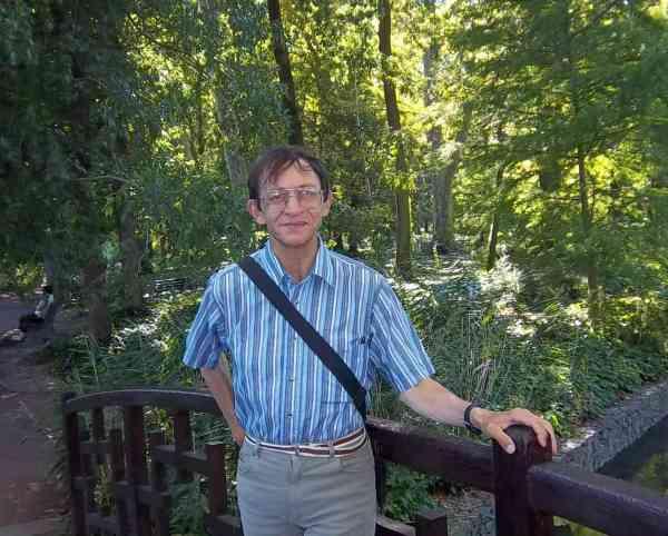 Patrick Huet sur un pont au Parc de la Tête d'or, moment de détente.