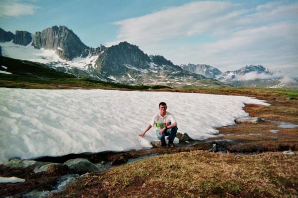 Près de la source du Rhône au col de Furka en Suisse. Patrick Huet avant de longer tout le Rhône à pied.