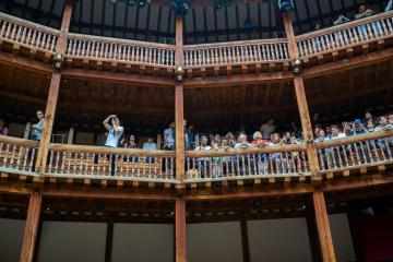Globe_Theatre_Man_Taking_Photograph
