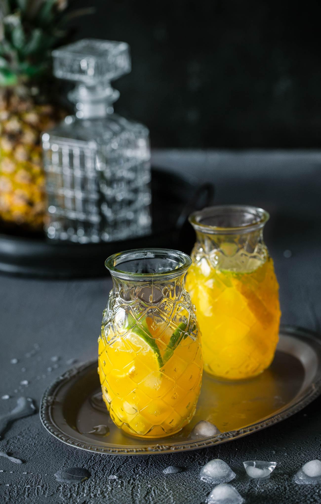 Ananas-Zitrus Limonade Erfrischung bitte! Eiskalt! Könnt ihr haben. Mit einer selbstgemachten Limonade ist der Sommer doch noch viel viel schöner.