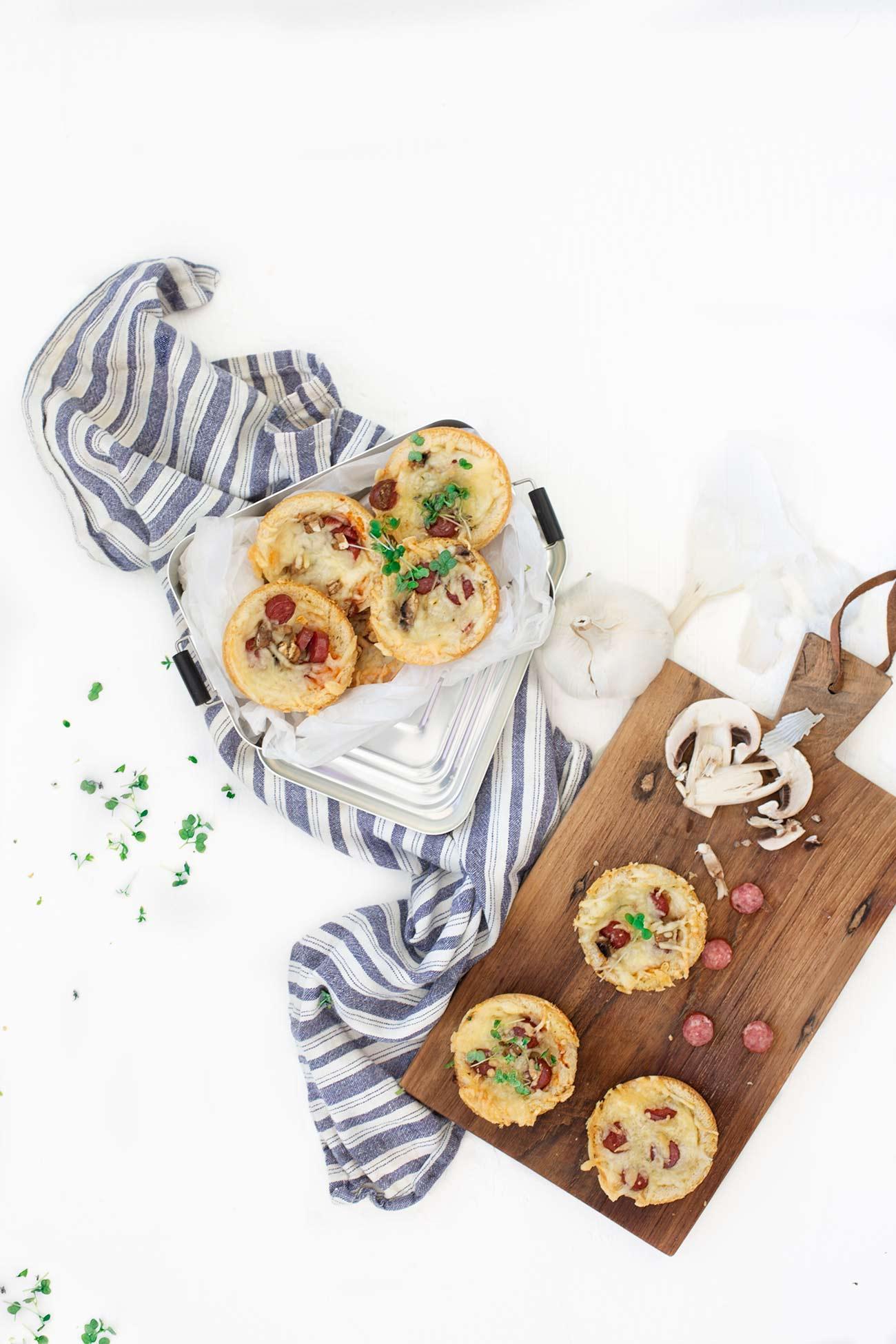 """Schnell gemachte Knoblauch-Pizzabrote  Mit einem """"Haps"""" sind sie im Mund. Köstlich! Die perfekten """"Kleinen"""" für die Brotbox oder für den Grillabend. Knoblauchbrot aus Toastbrot mit Deinen Lieblingszutaten."""