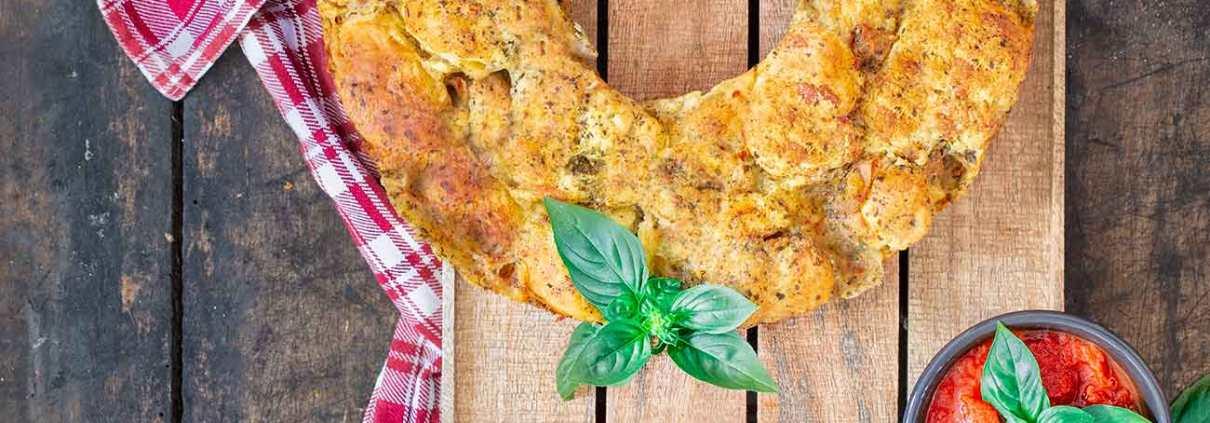 """Im Sommer brauchen wir einfache, schnelle Rezepte um die schönen Sommerabende zu genießen. Das """"easy peasy"""" Pull apart Brot ist in 10 Minuten vorbereitet und randgefüllt mit leckeren Zutaten."""