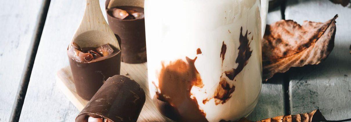 """Gestern war mein selbsternannter """"Wohlfühl-Tag"""". Sauna, Couch, Wolldecke und eine heiße Schokoladenmilch mit Karamell. Das hat mal richtig gut getan. Lust auf eine Schokomilch? Die schokoladigen Löffel sind auch ein prima Geschenk."""