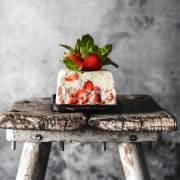"""Ich mag den Geschmack aus frischen Erdbeeren, süßer Sahne und den leicht säuerlichen Joghurt ganz gerne. Und so ein Parfait ist wirklich schnell gemacht. Ich habe für den """"Frische-Kick"""" frische Minze untergehoben. Im Garten hat sich die Minze, vor allem die Marokkanische Minze, total ausgebreitet. Ich hab das Gefühl, dass sie sich zum letzten Jahr verdoppelt hat. Macht nichts, denn ich bin großer Minze-Fan. Habt ihr noch tolle Ideen, was ich mit der ganzen Minze anstellen kann?"""