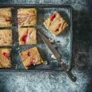Wenn es schnell gehen muss und die hungrigen Mäuler unbedingt einen Nachtisch haben wollen, dann greife ich auf das Rezept von Nadiya Hussains Ofen-Pfannkuchen zurück. Die Zutaten hab ich immer im Haus und der riesengroße Pfannkuchen steht in 20 Minuten auf dem Tisch. Nein, diesmal ist es kein Kuchen sondern eher ein riesengroßer Pfannkuchen mit Erdbeermarmelade und Erdnussbutter. So lecker. Nachdem ich Nadiya Hussain TV-Sow auf Netflix gesehen habe, musste ich mir die Rezepte einfach mal genauer anschauen. Ich mag es, wenn die Rezepte schnell und unkompliziert sind und fast jedem schmecken. Wie dieser Pfannkuchen in Kuchenform. Dazu ein bisschen Sahne oder frische Beeren.... YUMMY
