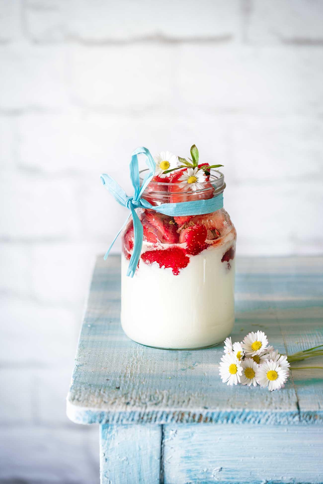 Die Erdbeerzeit ist doch eine schöne Zeit. So viele tolle Rezepte, dass man sich gar nicht entscheiden kann, welches zuerst ausprobiert werden soll. Wer es schnell mag: hier ein Rezept für ein Erdbeer-Dessert mit nur wenig Aufwand.