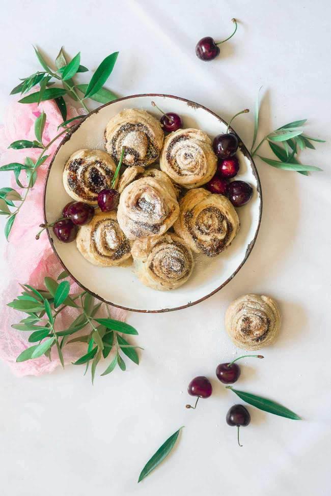 Almond Cherry rolls Mandel-Kirsch-Schnecken Jetzt wird es mal wieder flott, denn fertiger Blätterteig ist im Spiel. Mit einer Füllung aus Mandeln und Kirschmarmelade schmecken die kleinen Schneckchen einfach unwiderstehlich. 12 Stück 2 Rollen frischer Blätterteig 50 g Butter, Zimmertemperatur 50 g Zucker 50 g gemahlene Mandeln 1 TL Mehl 1 Eigelb 3 TL Kirschmarmelade Puderzucker Backofen auf 180 Grad Ober-Unterhitze vorheizen Eine Muffinform leicht einfetten Blätterteig entrollen Butter, Zucker, Mandeln, Mehl und Eigelb vermengen Kirschmarmelade auf den Teig streichen Buttermasse darübergeben und verteilen Teig in je 3 Streifen schneiden und je Streifen von der kurzen Seite her aufrollen, in der Mitte einmal teilen und in die Muffinform setzen Im Ofen ca. 20 Minuten goldbraun backen Vor dem Servieren mit Puderzucker bestäuben