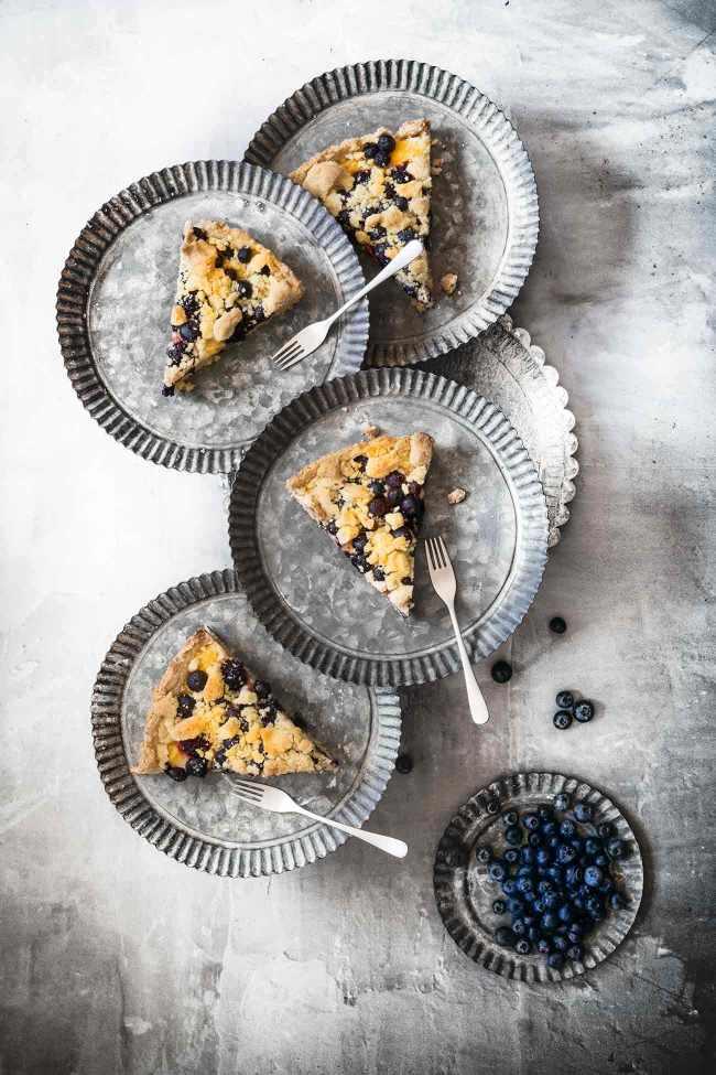 Ich hab Streuselkuchen für Euch, vollgepackt mit saftigen Heidel- und Brombeeren und eine ordentliche Portion Vanillepudding. So wird der Donnerstag doch schon viel schöner.