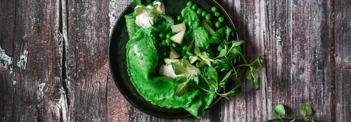 Heute mal ganz in grün. Man kann es eine grüne Phase nennen oder auch einfach nur den Hang zur monochromen Farbgebung auf einem Teller (eigentlich schade, dass es kaum graue Lebensmittel gibt). Jedenfalls bin ich immer wieder überrascht wie viele tolle Farben uns die Natur gegeben hat. Die grünen Spinat-Pancakes sind doch farblich der Knaller. Schmecken tun die übrigens auch sehr gut. Und schnell gemacht sind sie auch noch.