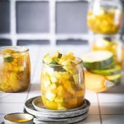 Die Zucchini sind geerntet und verarbeitet. Herausgekommen sind 6 große Gläser voller Zucchinigemüse, die ich mir im Winter gönnen werde. Na ja, ein Glas habe ich fast sofort aufgegessen, schließlich musste ich ja wissen, wie es schmeckt. Und das Zucchinigemüse ist vielseitig einsetzbar: mit Reis, zu Nudeln, auf Brot oder einfach nur so. Lecker.