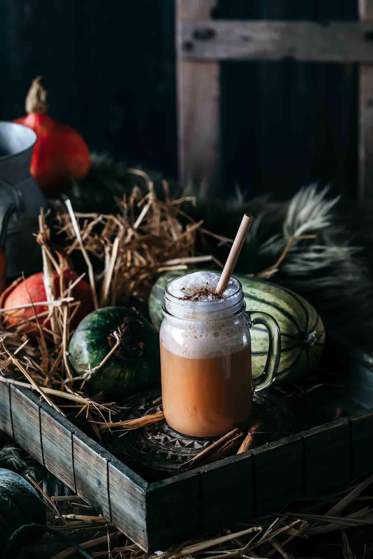 Jedes Jahr aufs Neue: der Pumpkin Spice Latte läutet den Herbst ein und ich bin immer direkt ganz vorne mit dabei. Nur dass ich ihn mir daheim selber mache. Das ist nämlich gar nicht schwer und das Kürbispüree ist auch schnell selbst gemacht. Noch ein großer Vorteil ist es, dass ich dazu meinen Lieblingskaffee nutzen kann. Für einen Pumkin Spice Latte braucht es kräftige Espresso Bohnen. Ich nehme hier die Bohnen meines Partners Jacobs aus der Barista Editions Espresso. Lust bekommen?