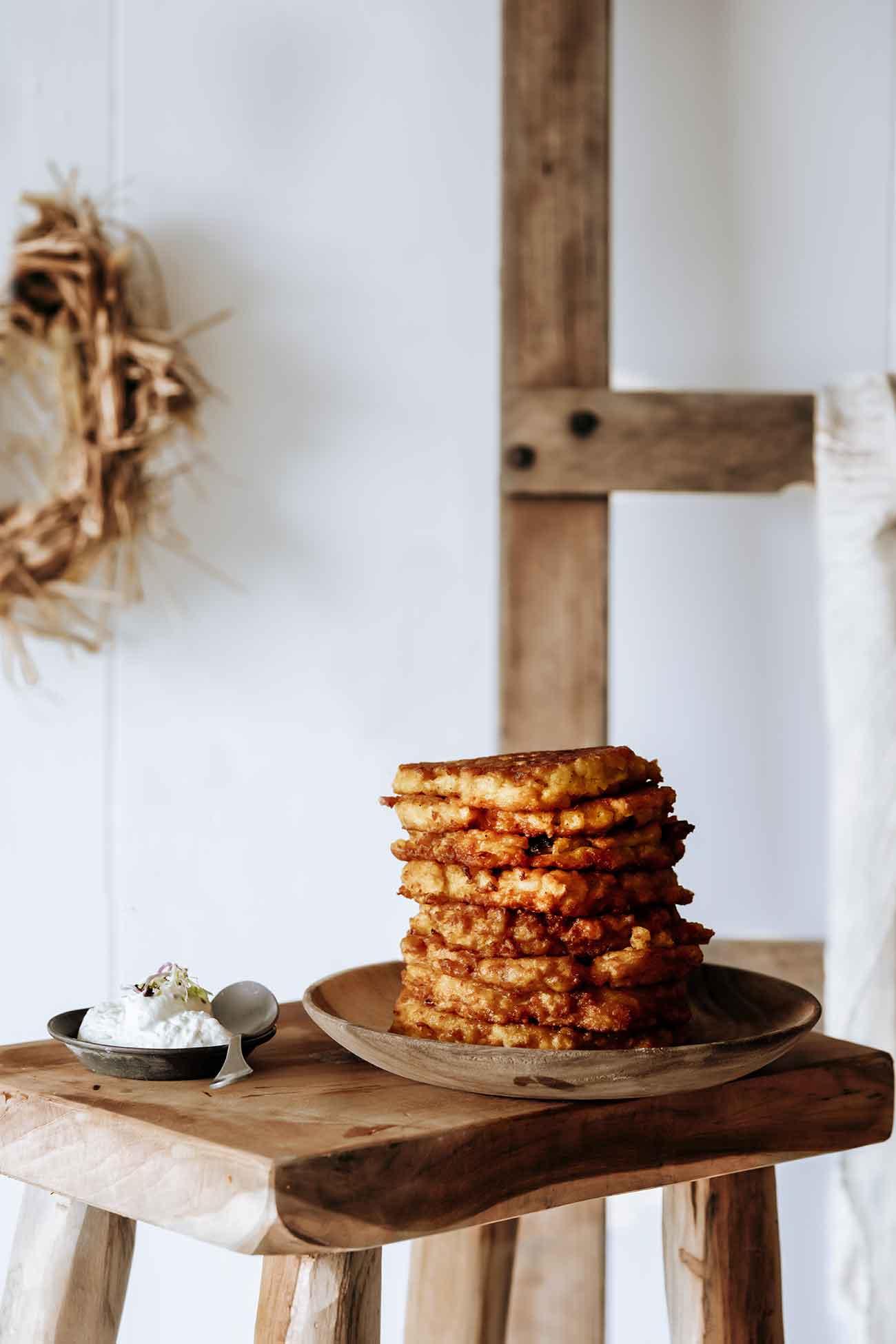 """Kross gebratene Kartoffel-Rösti sind schon was tolles, oder? Aber Kürbis-Kartoffel-Rösti sind noch einen kleinen """"Tick"""" besser. Dazu ein wenig Schmand mit frischen Kräuter oder Sour Cream. Bodenständige Herbstküche. Ich liebe es."""