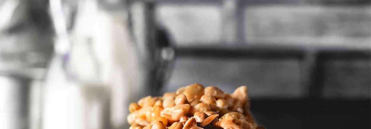Das beste und (einfachste) Snickers-Bananenbrot… für das bevorstehende Wochenende. Eine Schüssel, ein paar Lebensmittel aus dem Vorratsschrank und los geht es. Mit überreifen Bananen, Erdnüssen und deinem Lieblings-Erdnussriegel wird dies sicher zu deinem Lieblingsbananenbrot. Perfekt zum Frühstück, als Nachmittagssnack oder als Nachtisch.