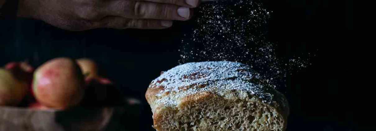 Kennt ihr die niederländischen Olibollen? Ich liebe die frittierten Hefeteigkugeln mit Apfelwürfel und/oder Rosinen. Da wurde es mal Zeit den Oliebollen einen eigenen Kuchen zu widmen. Ganz ohne frittieren. Eine Art Riesenkrapfen. Ich nehm mir noch ein Stück.