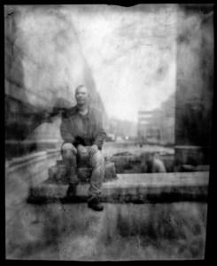 kartongkamera med menisklins och pappersnegativ