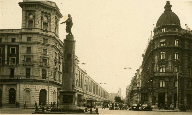 La Estación del Norte o de Abando de Bilbao, en la Plaza Circular (a la derecha el edificio del Banco de Vizcaya). Años cuarenta. (Postal fotográfica. Colección Joaquín Cárcamo)