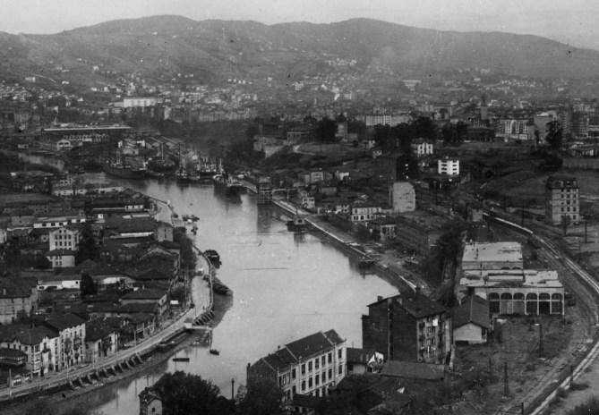 Las riberas de Zorrotzaurre (izquierda) y Olabeaga (derecha) son casi las únicas de la Ría en Bilbao que conservan elementos patrimoniales históricos de la actividad portuaria. En la foto se puede ver el cargadero de Olabeaga. (Coleeción Joaquín Cárcamo)