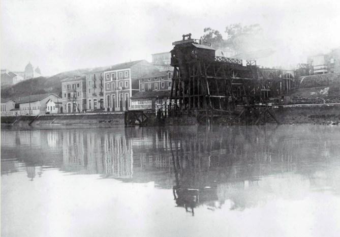 Las primeras instalaciones de Olabeaga eran sencillas construcciones. Esta imagen muestra el importante cargadero de madera a comienzos del siglo XX (Colección Antonio Hernández)