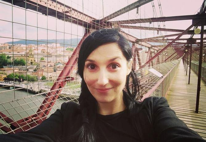 Clara Peñalver del programa La mitad invisible de TVE2 grabando en el Puente Vizcaya