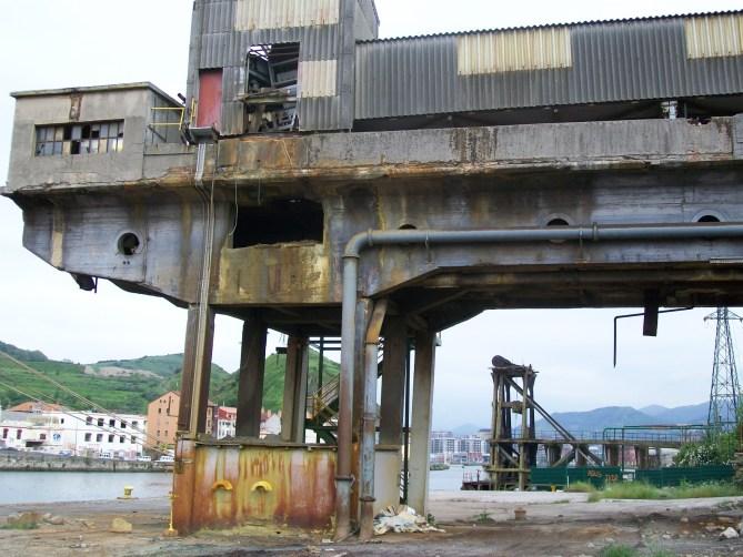 Cargadero de la antigua SEFANITRO en primer término y tras él cargadero de Orconera Iron Ore (Foto Bizkaino, Wikimedia Commons CC BY-SA 4.0)