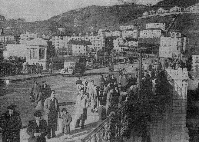 Fotografía de la apertura al tráfico del puente de Deusto, en El Noticiero Bilbaíno del martes 15 de diciembre de 1936 (Foto gentileza de Jesús Moreno)
