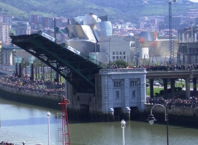 El puente de Deusto en una de sus últimas aperturas, el 1 de abril de 2007 (Foto Joaquín Cárcamo)