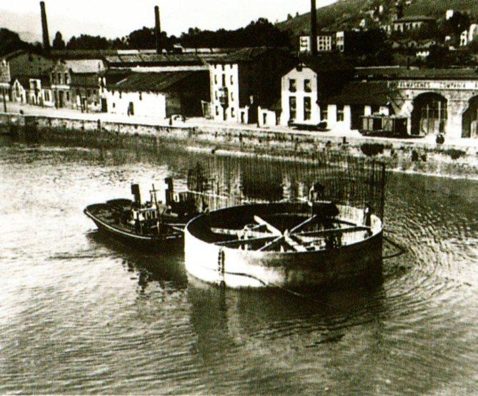 """Traslado de uno de los cajones estancos para la cimentación de las pilas. (Foto Archivo Txema Luzuriaga, tomada de la publicación """"El Puente de Deusto"""")"""