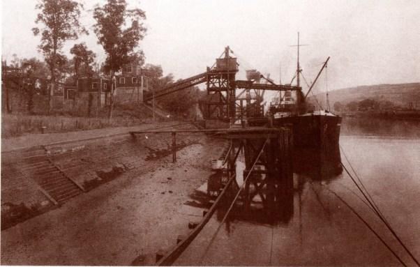 El cargadero de cinta de 1930 en funcionamiento. / Zintako kargategia 1930ean lanean.