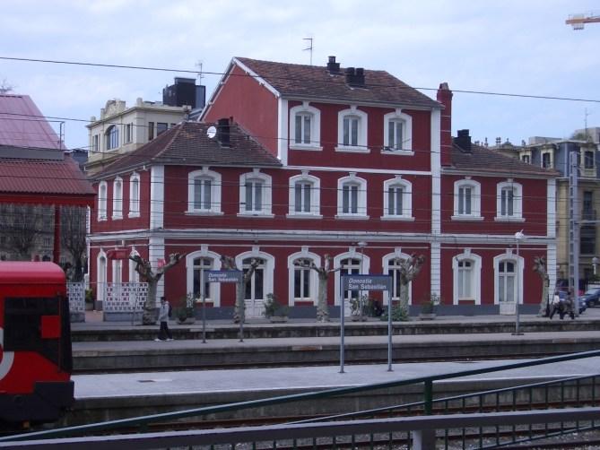 Fachada principal, al río Urumea, del Hotel Términus de la Estación del Norte de Donostia-San Sebastián.