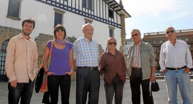 Miembros del equipo del proyecto ZIIZ, ante el edificio de la antigua estación del puerto (Foto Pedro Etxabe / Deia)