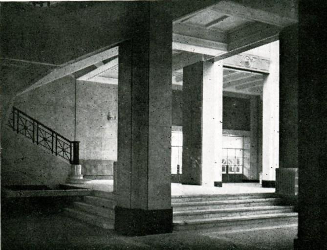 Detalle del vestíbulo de viajeros y escalera de la estación de Bilbao Abando en 1948 (Revista Trenes, nº 37 extraordinario. RENFE, 1948).