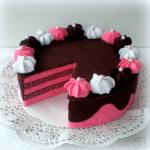 Pastel de fresa y chocolate en fieltro