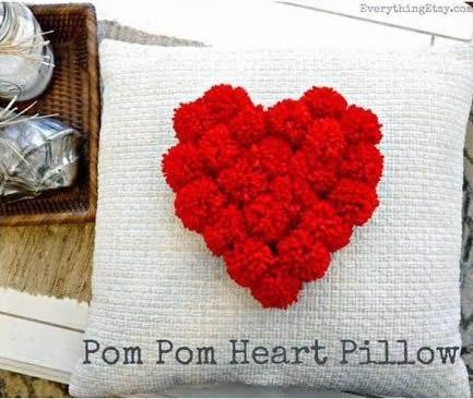 como hacer un cojin corazon con pompones3