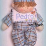 Muñeco en pijama con babero