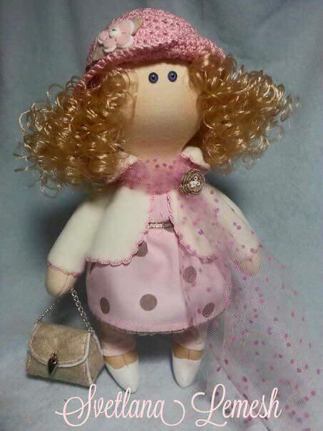 muñeca con gorrito y bolso